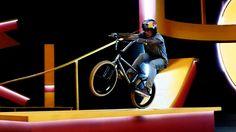 Hier die wohl verwirrendste BMX-Bahn aller Zeiten. Der Pro-BMXer Kriss Kyle hat sich die vielleicht verspielteste BMX-Piste des Planeten bauen lassen und zieht in dieser seine Runden. Völlig cool!