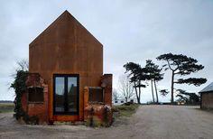 En Angleterre, dans une friche industrielle du Suffolk, l'agence d'architecture Haworth Tompkins a réalisé ce studio sur un campus de musique. Une construction en acier d'aspect rouillé, glissée da…