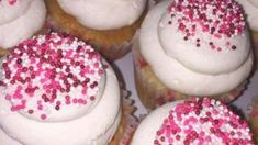 Φανταστικά cupcakes βανίλιας με βουτυρόκρεμα και χρωματιστή τρούφα ,ιδανικά για το παιδικό πάρτυ. Cupcakes, Party, Desserts, Food, Tailgate Desserts, Cupcake Cakes, Deserts, Essen, Parties