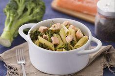 Le pennette con broccoletti e salmone al finocchietto sono un primo piatto gustoso realizzato con bocconcini di salmone fresco e broccoletti.