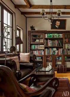 """Кабинет хозяина. Леонид Парфенов: """"Мебель в колониальном стиле — подарок Лены. Мне кажется, эта темная тяжелая мебель созвучна стилю кабинета""""."""