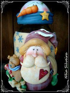 Frasco decorado con santa y sus amigos. Pasta francesa.