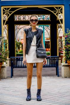 Valentino Rockstud Bag, Miami Fashion, Leather Mini Skirts, Cloth Bags, Mode Inspiration, Skirt Outfits, Street Style, Fashion Outfits, My Style