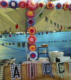 Decoração com pompos de papel de seda para festa junina. #june #festajunina #junho #festa #decor #partydecor