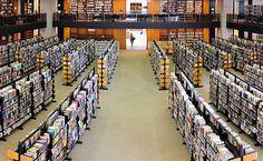 A Biblioteca Pública de Boston foi a primeira biblioteca municipal dos Estados Unidos. É possível pegar livros emprestados e levá-los para a casa. Aliás, a biblioteca foi a primeira no país a usar o serviço de empréstimo. (700 Boylston Street, Boston