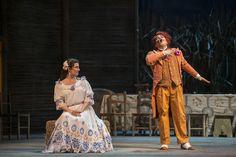 El elixir de amor, elenco estelar. Dulcamara: Sergio Gallardo y Adina: Pamela Flores. Foto Patricio Melo