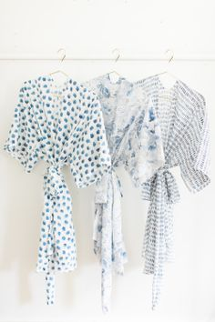 9 easy steps to seriously happy bridesmaids with this easy robe DIY for the morning of! - Love a good success story? Learn how I went from zero to 1 million in sales in 5 months with an e-commerce store. Sewing Patterns Free, Sewing Tutorials, Sewing Projects, Diy Clothes Patterns, Dressing Gown Pattern, Diy Vetement, Bridesmaid Robes, Diy Fashion, Besties