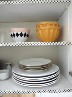 Fancy up your cupboards by decorating the shelves with washi tapes. You can add a single design of washi tape or mix and match! Diy Kitchen Projects, Home Projects, Ugly Kitchen, Kitchen Decor, Kitchen Ideas, Kitchen Craft, Diy Interior, Kitchen Interior, Deco Tape