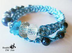 Macrame Spiralarmband blau von Bastel-DW-Fee auf DaWanda.com Dieses Armband wurde in liebevoller Handarbeit hergestellt.  Verwendete Materialien :  -Memory Wire Draht -Glas Perlen -Macrame Band -Blütenkelch -Großloch Glitzer Perlen -Magnetverschluss