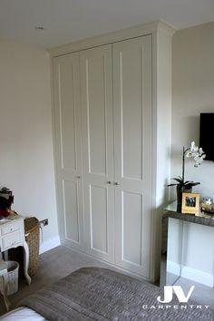 Explore high quality bespoke fitted bedrooms, built-in wardrobes, alcove wardobes and other fitted furniture. Fitted wardrobes design and free quotation. Narrow Wardrobe, Alcove Wardrobe, Bedroom Built In Wardrobe, Narrow Bedroom, Ikea Pax Wardrobe, Master Bedroom Closet, Wardrobe Doors, Bedroom Alcove, Wardrobe Shelving