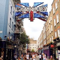 Carnaby Street looking cool 🇬🇧One of London's most iconic shopping destinations #london #carnaby #carnabystreet
