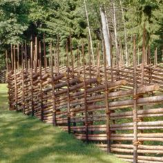TOP 30 GARDEN FENCE İDEAS A fence is a practical way to protect your garden from critters and the most beautiful way. While protecting your backyard from creatures, you can als. Bamboo Privacy Fence, Fence Slats, Decorative Garden Fencing, Metal Garden Gates, Garden Arches, Types Of Fences, Natural Fence, Old Trees, Natural Building