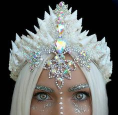 female ice queen / ice sorcerer costume idea with headpiece Maquillage Halloween, Halloween Makeup, Ice Queen Costume, Glitter Brows, Glamouröse Outfits, Seashell Crown, Mermaid Crown, Mermaid Headpiece, Mermaid Princess