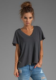 Current/Elliott The V Neck Tee in Dove Tail Casual Chic, T-shirt Und Jeans, Fall Outfits, Casual Outfits, Free Clothes, Revolve Clothing, Mode Inspiration, V Neck Tee, Dress To Impress