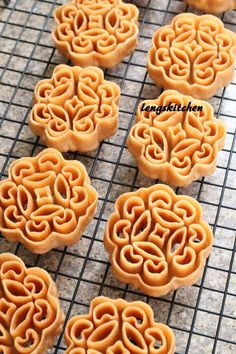 new year Kitchen Chaos: Beehive Cookies (Kuih Rose) 蜂窝饼 - Chinese New Year Series Chinese New Year Desserts, Chinese New Year Cookies, Chinese New Year Food, New Year's Desserts, New Years Cookies, Asian Desserts, Malaysian Dessert, Malaysian Food, Dessert Dishes
