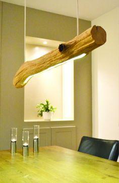 Natuurlijke LED boomstam hanglamp gemaakt van eikenhout.