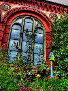 beautiful colors .. .love the bird house  (rePinned 082613TLK)