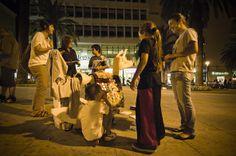 Il primo episodio del progetto STREETART ha visto la realizzazione di una serie di appuntamenti nella città di Sassari dove aliment(e)azione ha interagito su diversi livelli con il contesto urbano e sociale della città. http://alimenteazione.tumblr.com/post/77921448405/streetart2011 ©aliment(e)azione presentazione itinerante di Burro