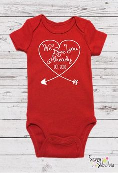 Schwangerschaft Ankündigung Ideen Etsy Baby Onesie / Pregnancy Announcement Onesie / Personalized / Valentine's Day / Valentine's Day pregnancy announcement / Baby Reveal Photo announcement to grandparents valentines day Valentines Day Cookies, Valentines Day Baby, Valentines Day Dresses, Valentines Gifts For Boyfriend, Boyfriend Gifts, Baby Reveal Photos, Grandparent Pregnancy Announcement, 2 Baby, Foto Baby