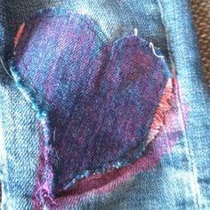 Andra knäet på jeansen till lilltjejen. Textiltuschpennor och vliselin på baksidan.