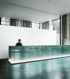 Grand Hotel Billia Architecture by Piero Lissoni : Interiors by : Photo by Tommaso Sartori Hotel Reception Desk, Lobby Reception, Reception Counter, Reception Design, Hotel Lobby Design, Luxury Hotel Design, Luxury Hotels, Luxury Restaurant, Restaurant Interior Design