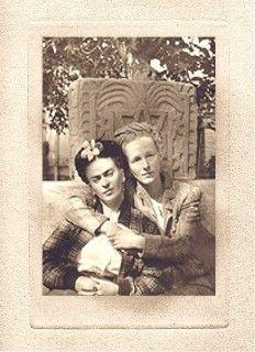 Frida y Emmy Lou Packard en el Jardín de la Casa Azul Foto por Diego 1941