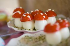 hard boiled eggs, cherry tomatoes with feta sprinkled on top. Alice in Wonderland food. I wish I like cherry tomatoes, but these are just too cute Cute Food, Good Food, Yummy Food, Healthy Food, Alice In Wonderland Food, Wonderland Party, Fairy Tea Parties, Tea Party, Snacks Saludables