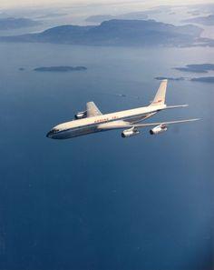 El avión Boeing 707, que tiene un alcance de 3.000 millas y fue uno de los primeros aviones comerciales de éxito (Reuters)