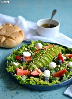 Ensalada de aguacate fresas y mozzarella: receta fácil y rápida para una cena ligera