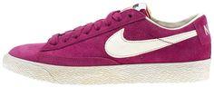 Sneakers donna di ispirazione basket, le Nike Blazer Mid Suede Vintage sono un classico Nike totalmente rinnovato in stile vintage! Tomaia in suede con logo in pelle su entrambi i lati. Lettering sul retro. Suola in gomma vulcanizzata.    Prezzo: 92.50€    SHOP ONLINE: http://www.athletesworld.it/nike-w-blazer-low-suede-vintage-nike-5035015