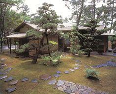 [Omote senke] tea room: Suruga Tai-an.  [表千家不審菴]茶室と露地:待庵