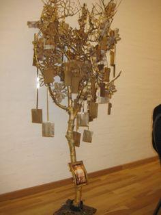 """Et """"mindetræ"""" til guldbryllup. Få de indbudte gæster til at skrive minder før dagen og hæng dem på det guldmalede træ. Ekstragave til guldbrudeparret. :-) Chandelier, Ceiling Lights, Lighting, Home Decor, Candelabra, Decoration Home, Room Decor, Chandeliers, Lights"""