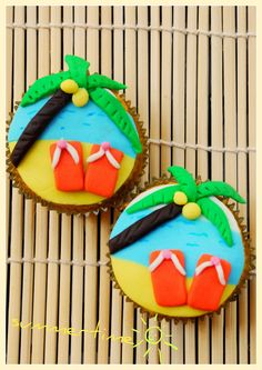 Beach or Pool Party Cupcakes {Kid/Teen Party Dessert Idea} great idea! going to do that for my birthday party Tropical Cupcakes, Beach Cupcakes, Summer Cupcakes, Kid Cupcakes, Summer Cookies, Cupcake Party, Cupcake Cakes, Cupcake Ideas, Cookie Ideas