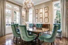 Salle à manger à l'ameublement traditionnelle avec des chaises en velours vert