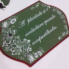 《A felicidade só é verdadeira quando compartilhada》 Placas de madeira também são convites, e estas serão entregues para celebrar um momento muito especial  . . . #meinemalereiatelie #bauernmalerei #bavarianfolkart #folkart #pintadoamao #handmade #convitesdecasamento #casamentos #decoraçãodecasamento #wedding #instapainting #instaart #instadecor #instafolkart #instacolor