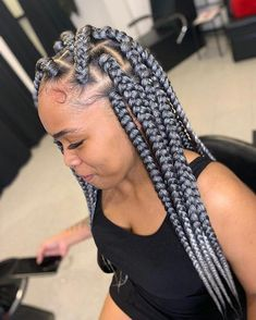 All styles of box braids to sublimate her hair afro On long box braids, everything is allowed! For fans of all kinds of buns, Afro braids in XXL bun bun work as well as the low glamorous bun Zoe Kravitz. Big Box Braids, Blonde Box Braids, Box Braids Styling, Braids For Black Hair, Jumbo Box Braids, Wavy Hair, Baddie Hairstyles, My Hairstyle, Ponytail Hairstyles