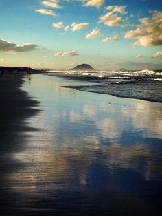 View to Mount Maunganui (Mauao), on Papamoa Beach, New Zealand. Long White Cloud, White Clouds, Mount Maunganui, Nude Beach, My Happy Place, Barefoot, New Zealand, Beaches, Natural Beauty