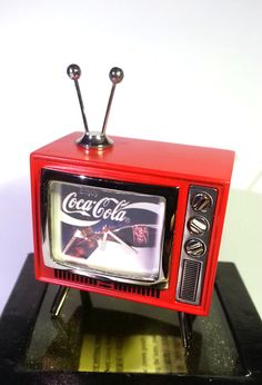 Coca Cola mini TV Shaped Desk Clock (Enjoy Coca-Cola) - Tested Works - New In Box by mycoffeeboy Vintage Coke, Vintage Tv, Vintage Diner, Coca Cola Mini, Coca Cola Decor, Coca Cola Kitchen, Mini Tv, Always Coca Cola, Desk Clock