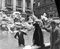 """""""La dolce vita"""" ( F. Fellini, 1960) ~ Anita e Marcello si preparano all'idillio."""