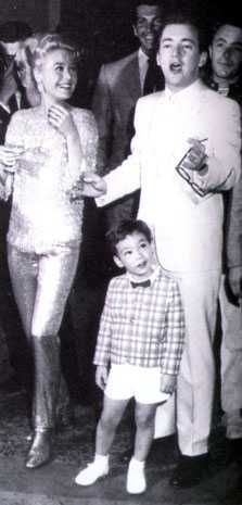 Sandra Dee, Bobby Darin and son Dodd. She loved him even after their divorce and went into a huge spiral after his sudden death. Golden Age Of Hollywood, Hollywood Stars, Classic Hollywood, Old Hollywood, Old Movie Stars, Classic Movie Stars, Sandra Dee, Dee Dee, Bobby Darin