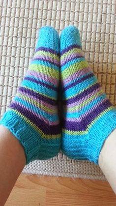Olen jo pitkään katsellut eri facebook ryhmistä, kun ihmiset on tehneet villasukkia, nilkka mallisina. Minä ajattelin myös kokeill... Crochet Socks, Knitted Slippers, Knitting Socks, Knit Crochet, Sexy Socks, Cute Socks, Knitting Projects, Knitting Patterns, Sock Toys