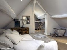 Natural Bedroom Decorating and Design Ideas Loft Room, Bedroom Loft, Home Bedroom, Natural Bedroom, Attic Bedrooms, Attic Spaces, White Rooms, My New Room, House Rooms