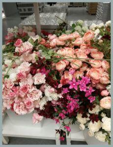Gyönyörű selyemvirágok közül válogathatsz az Ikeában! Olvasd tovább Decormanó esküvői dkeorációs ötleteit! Ikea, Floral Wreath, Wreaths, Home Decor, Decoration Home, Ikea Co, Room Decor, Bouquet, Flower Band
