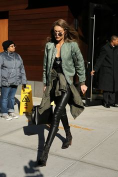 Find outfit ideas, shopping, and street style inspiration to help you get dressed for work, dates, parties and more! Estilo Gigi Hadid, Gigi Hadid Style, Outfits Mujer, Looks Street Style, Everyday Fashion, Autumn Winter Fashion, Fashion Models, Winter Outfits, Ideias Fashion