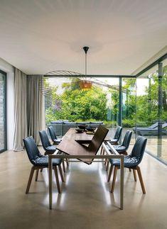 uittrektafel tak in notenhout met lui stoelen in leder
