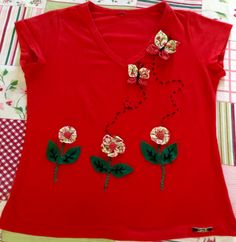 Camiseta com flores de fuxico e feltro