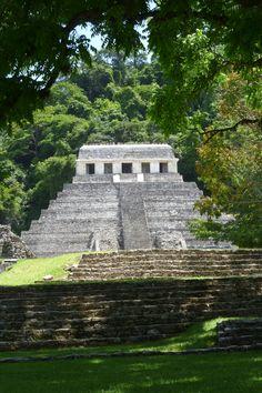 esto es un viejo monumento maya. es de México. es muy alto. es también muy antiguo.
