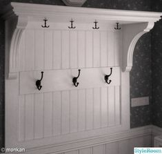 Hatthylla,egen design och tillverkning. - Ett inredningsalbum på StyleRoom av mo12 Small Entry, House Trim, White Houses, Walk In Closet, Mudroom, Home Decor Inspiration, Bathroom Hooks, Luxury Homes, Woodworking Projects