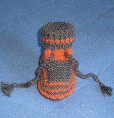 Une paire de chaussons bien chauds pour l'hiver. Points utilisés : point mousse et jersey, pour une taille en 3 mois et 6 mois. Un ... Knit Baby Dress, Baby Knitting, Point Mousse, Winter Hats, Crochet Hats, Beanie, Robin, Cake, Fashion