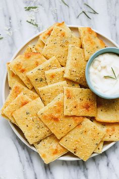Carb Cheese Crackers Low Carb Cheese Crackers - So good and crunchy, these epic crackers will change your snacking routine forever!Low Carb Cheese Crackers - So good and crunchy, these epic crackers will change your snacking routine forever! Low Carb Cheese Crackers Recipe, Low Carb Crackers, Keto Cheese Chips, Cheese And Crackers, Almond Flour Crackers Recipe, Cream Cheese Keto Recipes, Ranch Crackers, Healthy Crackers, Gluten Free Crackers